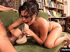 London Keys is one to have fun on the job. This horny boss